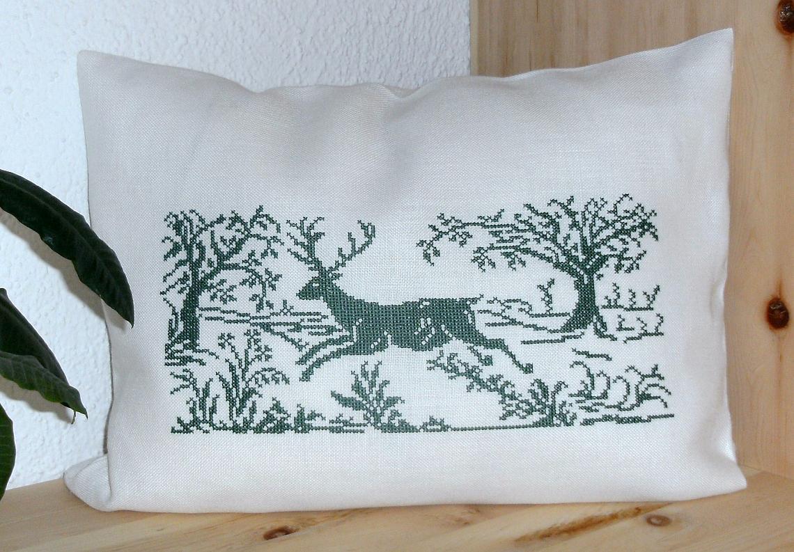 Hirsch im Apfelgarten